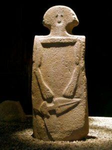 statua stele di gruppo B
