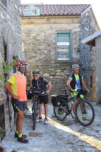 Via Francigena in bicicletta: ciclisti all'Eremo Gioioso