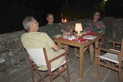 serata in compagnia sulal terrazza di una casa in Lunigiana
