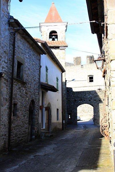 borgo omonimo adiacente il castello di Lusuolo